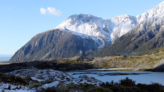 Mt. Cook Village, Nova Zelândia: Near 1st bridge, 2nd morn, Hooker Valley Walk. Lkg backwards. What a diff. a day makes!