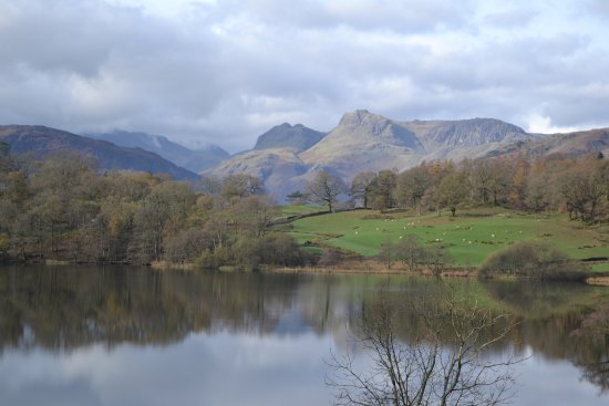 Ambleside (เมืองอัมเบิลไซด์), UK: Langdale Pikes on return to Elterwater from the path from Skelwith Bridge