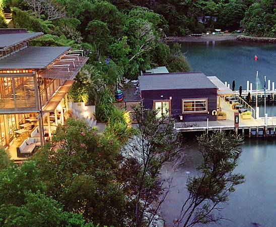 Picton, Yeni Zelanda: Cruise the Marlborough Sounds, enjoy brunch at the luxury Bay of Many Coves resort.