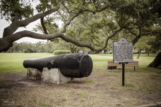 Hampton, VA: Cannon in the courtyard