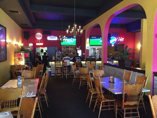 Hollister, CA: Dining Room w Bar