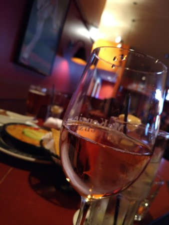 Malvern, Pensilvania: Strawberry white merlot (queso in background)