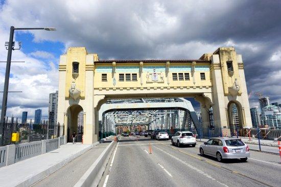 Fun City Sightseeing Hop On Hop Off: cruzando a ponte para ir a um bairro vizinho