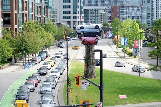 Fun City Sightseeing Hop On Hop Off: monumento com carros imitando Stonehange