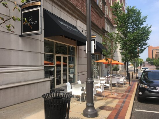 Clayton, MO : Outdoor cafe seating