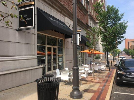 Clayton, MO: Outdoor cafe seating