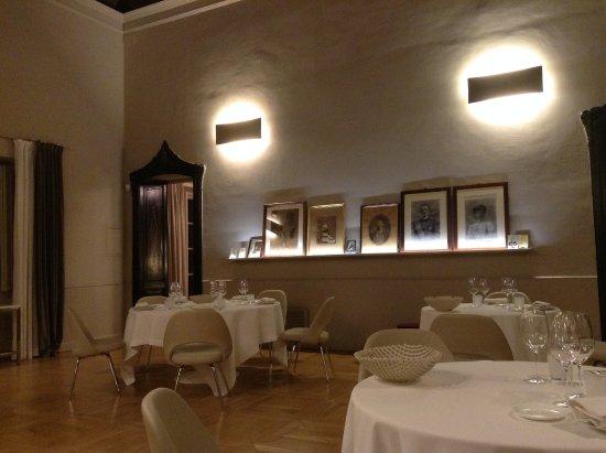 Serralunga d'Alba, Italy: Tavoli