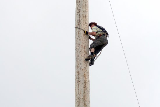 North Vancouver, Canadá: lenhador escalando o tronco
