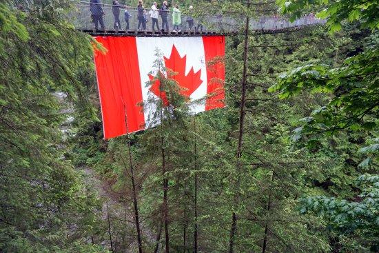 North Vancouver, Canada: no meio da ponte está pendurada uma enorme bandeira do Canadá