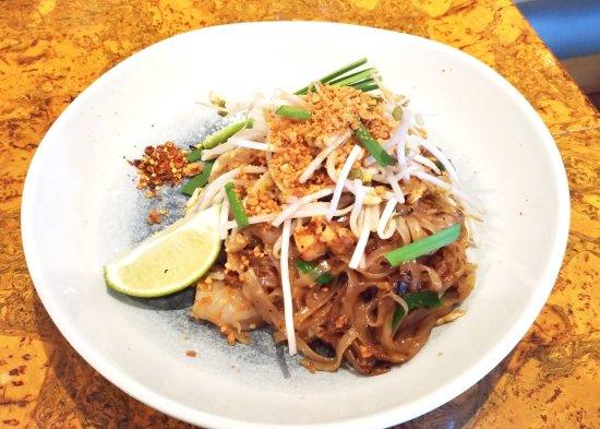 Pad Thai Fresh Rice Noodles Tamarind Peanuts Tofu Egg