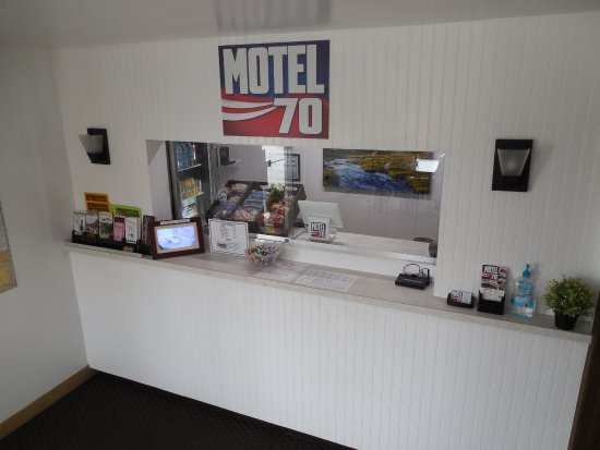 High Hill, MO: Front Desk - snacks and other drinks available at front desk
