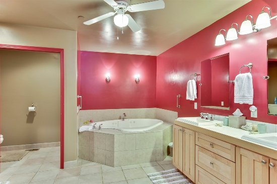 Fair Play, Καλιφόρνια: Country Suite bath with vanity and whirplool tub for two.