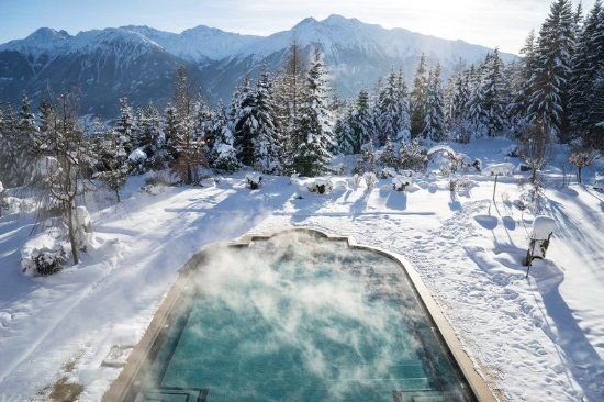 Interalpen-Hotel Tyrol: Outdoor pool with a view into the Inn-valley