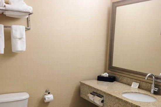 คอร์นวอลล์, แคนาดา: Vanity in bathroom