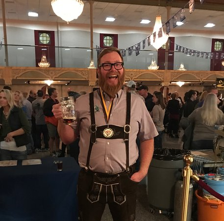 Livingston, Монтана: Owner, Jon shows off an award for best beer picked up at an Oktoberfest!