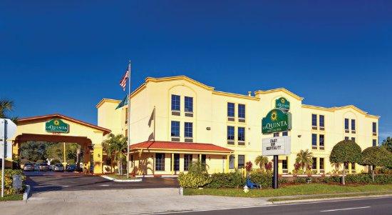 La Quinta Inn & Suites St. Petersburg Northeast: ExteriorView