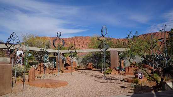 Coyote Gulch Art Village: Art and nature