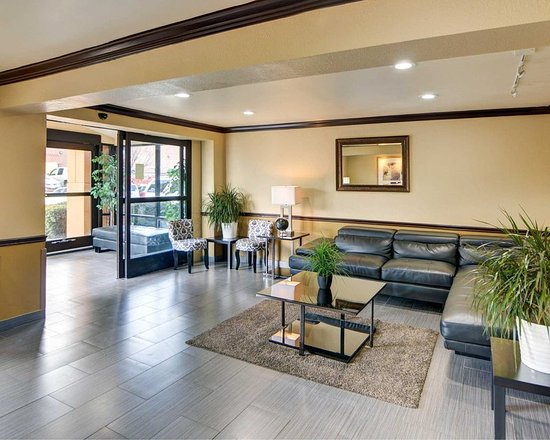 Irving, TX: Spacious lobby with sitting area