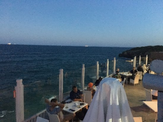 Sea Cliff Hotel: Evening dinner on the waterfront with a beautiful cool breeze