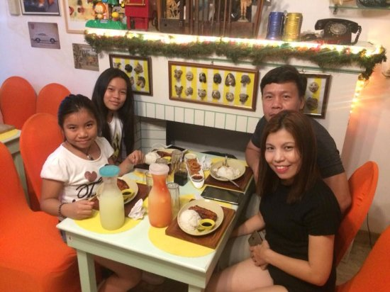 Argao, Filippinerne: It's easy to impress me. I don't need a fancy party to be happy. Just my family, good friends..