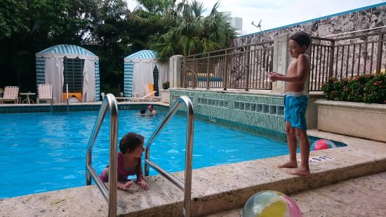 Piscina muy buena limpia con toallas picture of hall - Toallas piscina ...