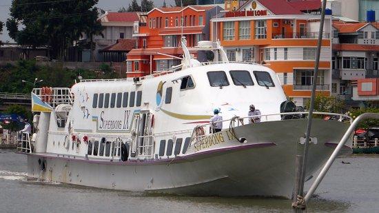 Ha Tien, Vietnam: Superdong 9 arriving