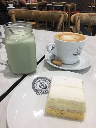 Greater Perth, Αυστραλία: Lemon Passion Slice, Flat White and Green Kiwi Smoothie