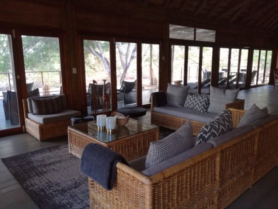 KwaZulu-Natal, Sør-Afrika: Lounge area to looking out on the dam.
