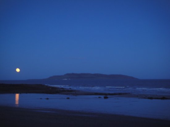 Donabate, Ierland: Hunter's Moon over Lambay Island.
