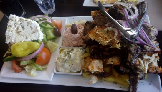 St Peters, Australien: Three meat platter with x2 dips and greek salad and hot chips