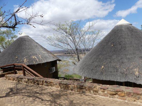 Olifants Rest Camp : Les bungalow donnant sur la rivière