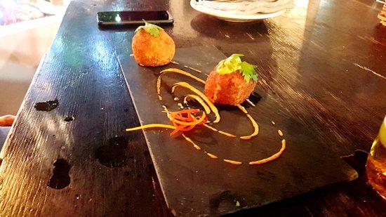 Lola Valentina: fried stuffed potatoe balls