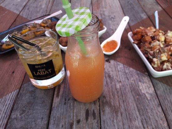 Grand Bourg, Guadeloupe: Les cocktails sont bien servis, et les tapas arrivent chauds !