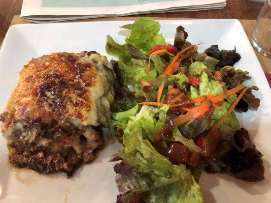 Le Bistrot des Bouchons: Moussaka au boeuf Salade