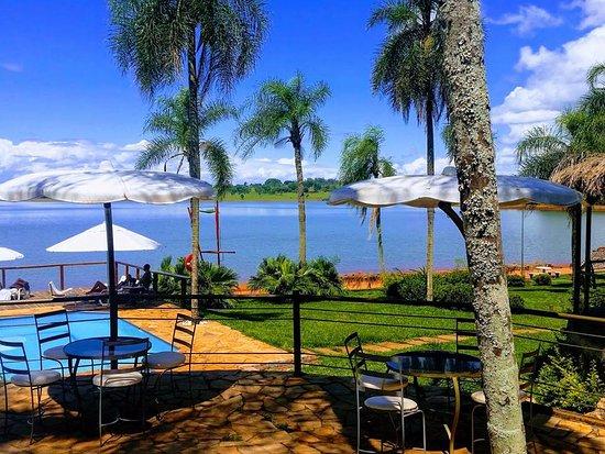 Piraju, SP: Foto tirada do restaurante com vista para a piscina e para a represa