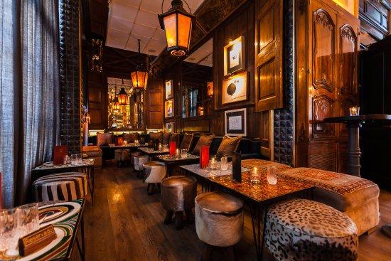 La mezcla de este local es llamativa: arriba un restaurante elegante con una cocina