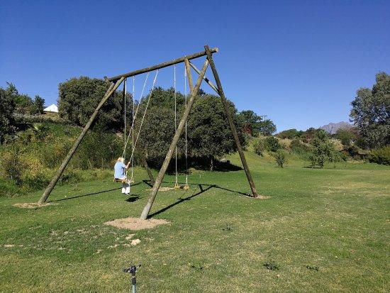 Wellington, Republika Południowej Afryki: Big swings with view on Drakenstein mountains