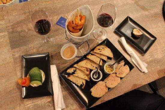 Levallois-Perret, Frankrijk: Crevettes croustillantes, foie gras de Canard Chalossais, Saumon gravlax et concombre et champig