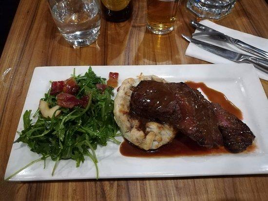 Red Ochre Grill Restaurant Alice Springs: Coda di canguro