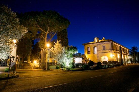 Campagnano di Roma, Italia: Esterno serale Relais