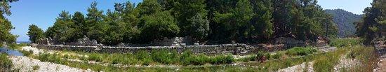Olympos, Türkei: Панорама реки посреди города