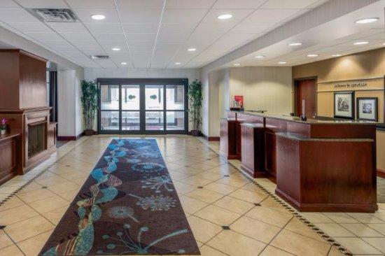 Hampton Inn & Suites Syracuse Erie Blvd/I-690 : Lobby Entry/Exit