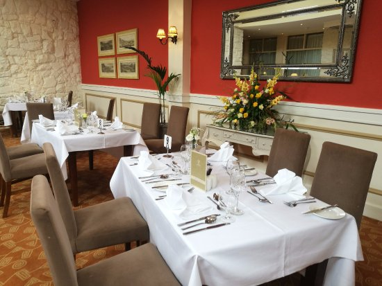 Deerfields Restaurant: Main Restaurant - Warm and Inviting