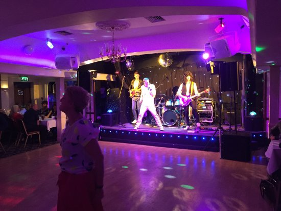 Calcot, UK: Fantastic Queen tribute, a treat to see in Reading. Delicious 3-course dinner, hot and plentiful