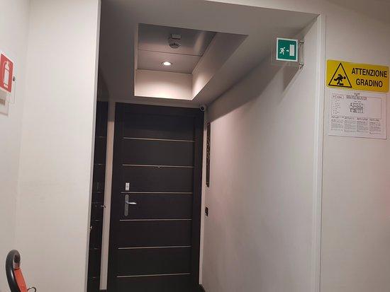 Hotel Caprice: Pasillo que conduce a la habitación.