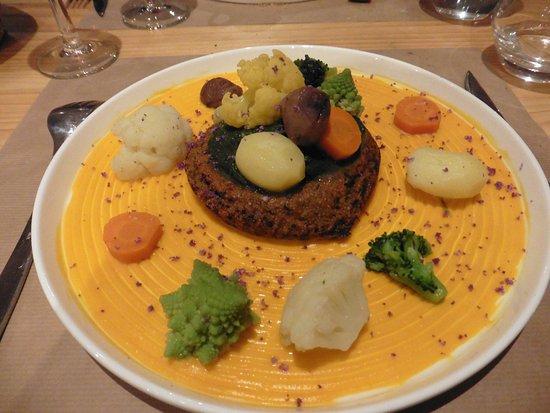 """Embrun, France: plat """"végi"""" . Potiron, chou romanesco, chou fleur, et galette de graines et épices"""