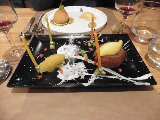 Embrun, France: coeur fondant chocolat valrhona, chutney d'ananas, kiwi, glace le tout sur lit de lait de coco