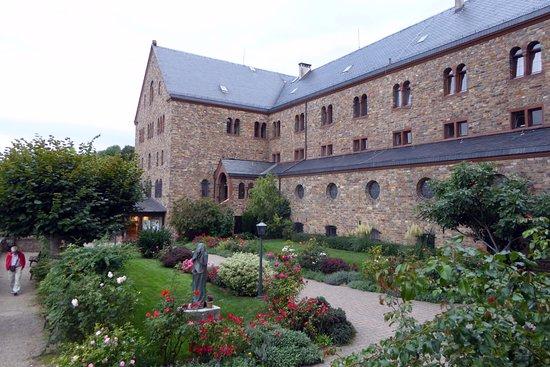 Benedictine Abbey of St. Hildegard: Öppen plats framför kyrkan