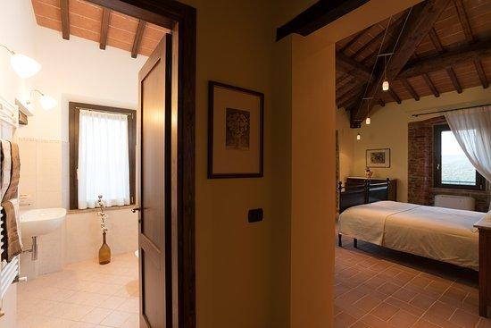 Panicale, Italien: Orange Room with bathroom