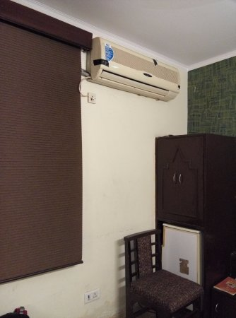Hotel Delhi Darbar: The room is air conditioned but very less space